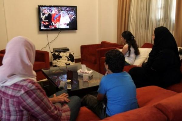 أسرة مسلمة حول التلفاز