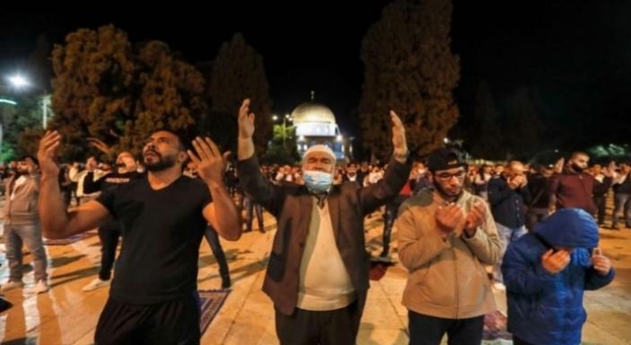 إعادة فتح المسجد الأقصى بعد شهرين من إغلاقه ومئات الفلسطينيين يدخلونه مكبرين